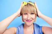 Femme avec heands sur sa tête — Photo