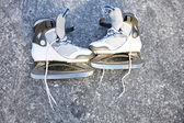 Invierno patinar patines sobre hielo al aire libre — Foto de Stock