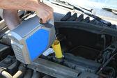 Remplissage d'huile de moteur de voiture — Photo