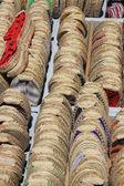 Espadrilles op een markt in de provence, frankrijk — Stockfoto