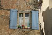 окна с деревянными ставнями — Стоковое фото