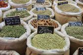 Erbe e spezie su un mercato francese — Foto Stock