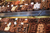 Bombones de chocolate en un mercado — Foto de Stock