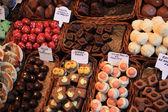 Chocolate y dulces en el mercado — Foto de Stock