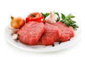 çiğ et ve sebze beyaz — Stok fotoğraf