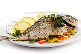 Smażone ryby i warzywa — Zdjęcie stockowe