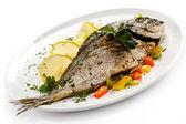 Peixe frito e legumes — Foto Stock