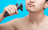 El hombre afeita una mejilla — Foto de Stock