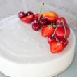 White Cream Icing Cake with Fruits - Foto Stock