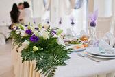 Blommor - borden dukade för bröllop — Stockfoto