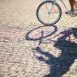 Man riding on vintage bicycle by road - Foto Stock