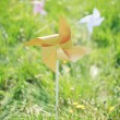 Paper windmill in green grass field - 图库照片