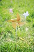 Větrný mlýn papíru v zelené louky — Stock fotografie