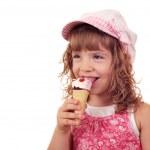Little girl eat ice cream — Stock Photo