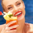 Glamorous woman enjoying a tropical cocktail — Foto Stock