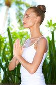 Pratik yoga ve meditasyon kadın — Stok fotoğraf