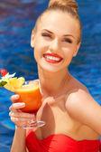 Bella donna con cocktail tropicale — Foto Stock