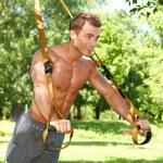 kaslı adam streç egzersizleri yapıyor — Stok fotoğraf