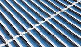 Vista dall'alto su grandi pannelli solari — Foto Stock