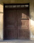 старый поврежден бронзовые двери с окнами — Стоковое фото