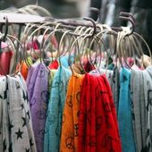 Multicolor fabric, material, shawls and scarves hanging — Stock Photo