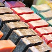 Rows of handmade soap displayed in a market — Stock Photo