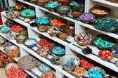Pierres de bijoux orientales traditionnelles sur un marché de rue — Photo