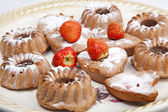 Muffins with strawberries on a large plate — Stock Photo