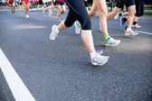 Running in city marathon on street — Stockfoto