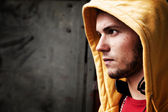 Ritratto di giovane uomo sul muro di graffiti grunge — Foto Stock
