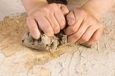 Mãos do filho de um oleiro — Foto Stock