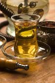 Xícara de chá turco e do cachimbo de água servida em estilo tradicional — Foto Stock