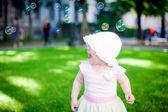 Hrát venku s polévka bubliny — Stock fotografie