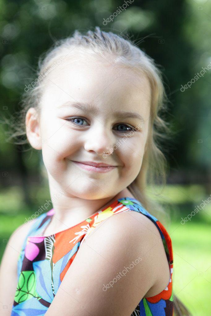可爱的小女孩,在夏季的一天在草原上