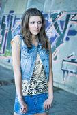 Güzel bir genç kadın. sokak moda — Stok fotoğraf