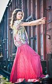 Mooie vrouw sprong op de trein — Stockfoto