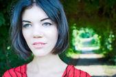 Retrato de mujer joven hermosa morena pelo en movimiento — ストック写真