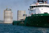 Tugu, závěsné základní pobřežní ropná plošina — Stock fotografie