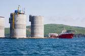 Holownik oceanu i podmorskie złoża ropy naftowej platformy — Zdjęcie stockowe