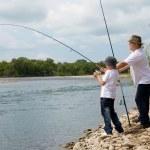 grand-père et le petit-fils de pêche — Photo