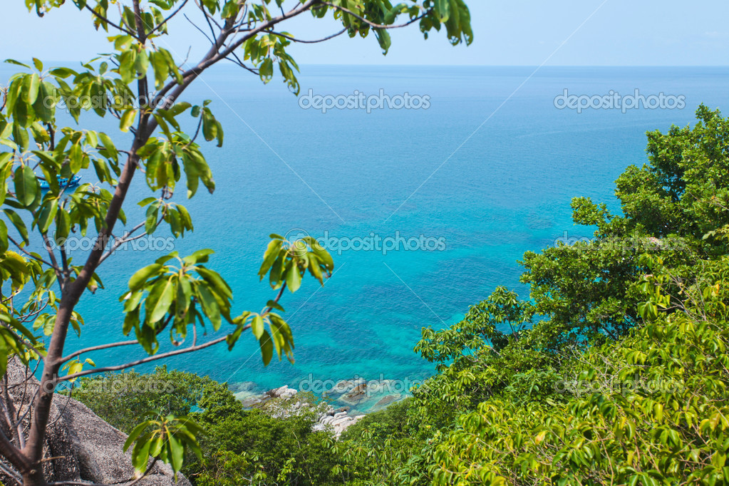 Landscape of beautiful ocean coast with clear water and blue sky — Stock Photo #11029582
