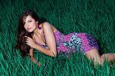 Kobieta w sukni fioletowe światło — Zdjęcie stockowe