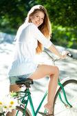женщина и велосипедов — Стоковое фото