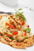 Risotto mit gemüse und hühnchen-fleisch — Stockfoto