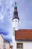Vieja ciudad, tallin, estonia. iglesia del espíritu santo y el viejo reloj — Foto de Stock