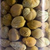 Cam kavanoz parçası ile konserve kapari — Stok fotoğraf