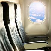 Vue sur le ciel et les nuages avec la lumière du soleil depuis la fenêtre de l'avion — Photo
