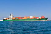 Opuszczenia przez niego portu statek towarowy — Zdjęcie stockowe