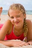 Vrij blond meisje op het strand — Stockfoto