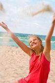Jonge blonde meisje op het strand — Stockfoto